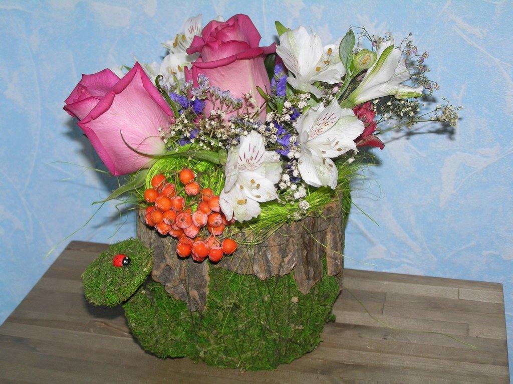 Композиция из цветов в лейке 16